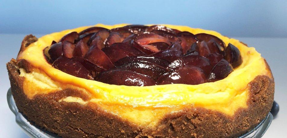 Cheesecake (sirova torta) s slivami