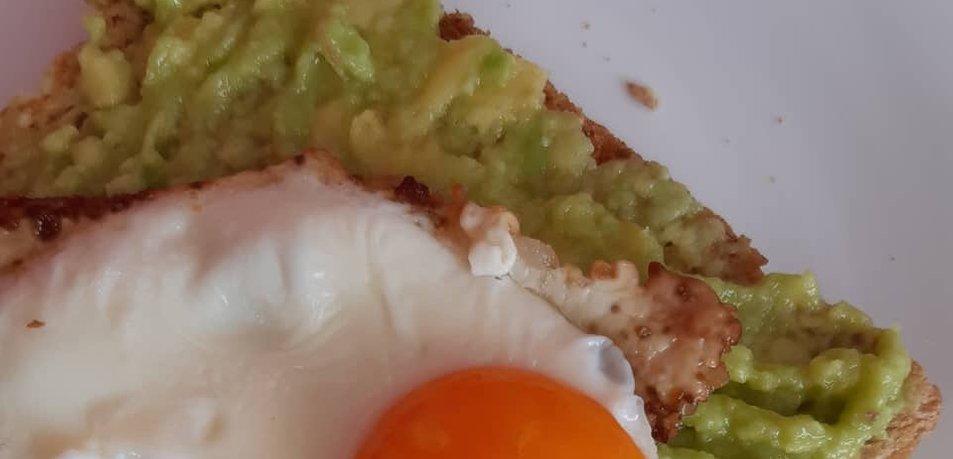 Kruhek z avokadom in pečenim jajcem